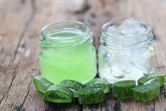 Aloe fresco vera e gelatina in bottiglia di vetro disposta su un flo di legno Fotografia Stock Libera da Diritti