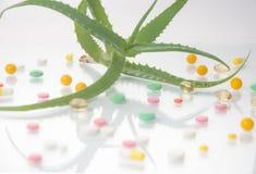 Aloe vera con le pillole - medicina di erbe Immagini Stock