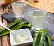 Aloe vera della bevanda e miele Immagine Stock