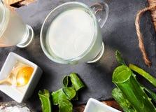 Aloe vera della bevanda e miele Fotografia Stock