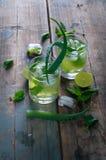 Aloe vera e cocktail della calce con la menta ed i cubetti di ghiaccio Immagini Stock