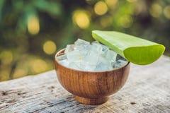 Aloe vera e cubi dell'aloe in una ciotola di legno Gel di Vera dell'aloe quasi Fotografia Stock