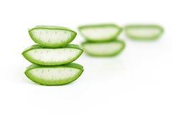 Aloe Vera Gel ed aloe tagliato Vera Leaves su bianco Fotografia Stock Libera da Diritti