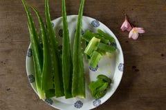 Aloe Vera nel piatto su legno Fotografie Stock