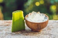 Aloe vera och aloekuber i en träbunke Aloe Vera stelnar nästan bruk i mat-, medicin- och skönhetbransch Arkivbild