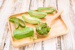 Aloe vera in piatto di legno su fondo di legno Fotografia Stock Libera da Diritti