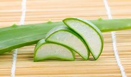 Aloe vera som skivas på japanskt mattt Royaltyfri Fotografi