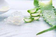 Aloe Vera stelnar closeupen Skivade Aloevera naturliga organiska förnyandeskönhetsmedel, alternativ medicin Organiskt skincarebeg Royaltyfri Fotografi