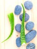 Aloe vera sugli ingredienti naturali delle stazioni termali di scena di trattamento della stazione termale delle pietre Fotografia Stock
