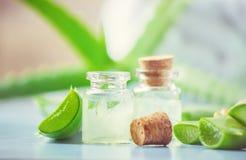 Aloesu Vera ekstrakt w małej butelce i kawałki na stole zdjęcia stock