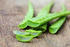 Aloesu Vera liście na drewnianym Zdjęcia Stock