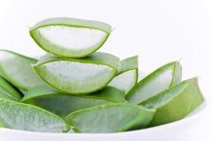 Aloevera-Scheiben in einem Teller Stockbild