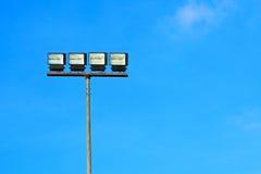 Alogeno del riflettore con cielo blu Immagini Stock