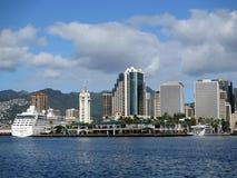 Aloha Tower, barche, mercato, porto e Honolulu del centro Immagine Stock