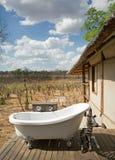 Alojamento africano do safari com o parque nacional de negligência do hwange do banho exterior, Zimbabwe, 2016 imagens de stock royalty free