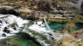 Alojamento com opinião da cachoeira Fotos de Stock