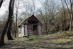 Alojamento de caça abandonado na floresta do outono imagem de stock royalty free