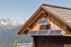 Alojamento de madeira do pastor com paisagem alpina da montanha em Áustria imagem de stock
