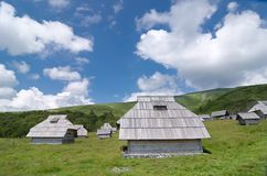 Alojamento de madeira em Montenegro foto de stock royalty free