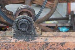Alojamento de rolamento, rolamento e polia de esferas do bloco de descanso velhos e r Imagem de Stock
