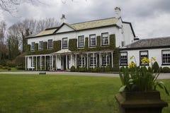 Alojamento de Statham, Warrington, Inglaterra em um dia nebuloso na mola imagens de stock royalty free