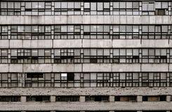 Alojamento do vintage 70s na parede do grunge de St Petersburg Rússia com janelas fechados e grades oxidadas do metal Fotografia de Stock Royalty Free