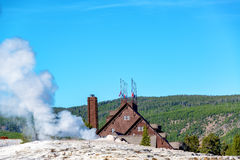 Alojamento e geyser fiéis velhos Fotografia de Stock Royalty Free