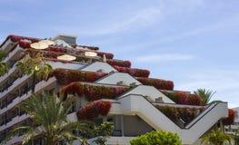 Alojamento em hotel luxuoso do feriado com uma área de recreação plantado com as flores e os arbustos tropicais secundários bonit Imagem de Stock
