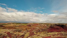 Alojamento Islândia de Raudholar O musgo cobriu pedras Terra vermelha sob o céu azul fotos de stock royalty free