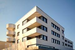 Alojamento moderno na cidade - construção residencial urbana Foto de Stock Royalty Free