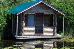 Alojamento pelo lago imagem de stock