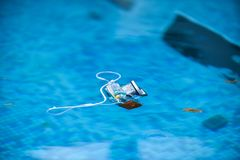 Alojamento subaquático da câmera da foto que flutua na água Foto de Stock Royalty Free