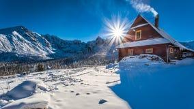 Alojamiento caliente en montañas frías del invierno Fotografía de archivo