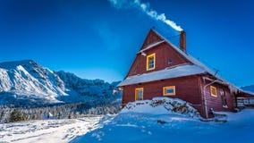 Alojamiento caliente en montañas frías del invierno Fotos de archivo libres de regalías