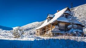 Alojamiento caliente en una cabaña de la montaña en invierno Fotos de archivo