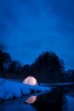 Alojamiento caliente en una noche nevosa fría Fotos de archivo libres de regalías
