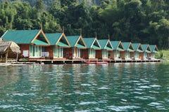 Alojamiento de la balsa en el agua en Tailandia Fotos de archivo