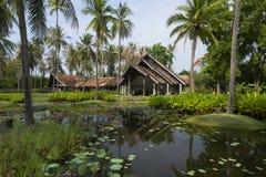 Alojamiento del estilo de los centros turísticos entre árboles de coco Fotos de archivo