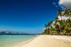 Alona Beach tranquillo con cielo blu, Filippine Immagini Stock Libere da Diritti