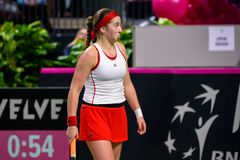 Alona Ostapenko, durante jogo redondo do grupo II do mundo o primeiro entre a equipe Letónia e a equipe Eslováquia imagens de stock
