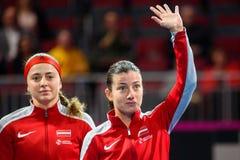 Alona Ostapenko und Anastasija Sevastova, während Erstrundedes spiels der Weltgruppen-II zwischen Team Lettland und Team Slowakei stockbilder