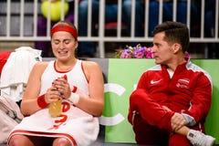 Alona Ostapenko y Adrians Zguns, durante juego redondo del grupo II del mundo el primer entre el equipo Letonia y el equipo Eslov fotos de archivo