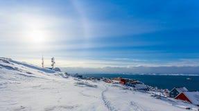 Alone artico che splende sopra le case al fiordo della città di Nuuk, G di Sun Fotografie Stock Libere da Diritti