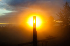 Alone (causato da nebbia) sopra il tramonto Fotografia Stock
