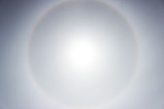 Alone che un arcobaleno intorno al sole nel pomeriggio prima del tempo peggiora Fotografia Stock