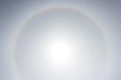 Alone che un arcobaleno intorno al sole nel pomeriggio prima del tempo peggiora Immagini Stock