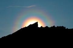 Alone colorato arcobaleno sulla montagna Fotografia Stock