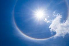Alone di Sun con la nuvola nel cielo Fotografia Stock Libera da Diritti