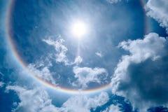 Alone di Sun nel bello cielo con le nuvole lanuginose Immagini Stock