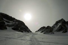 Alone di Sun in una montagna nevosa Fotografie Stock
